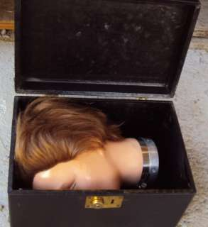 VINTAGE BEAUTICIAN MANNEQUIN HEAD W/ HAIR   CARRYING CASE