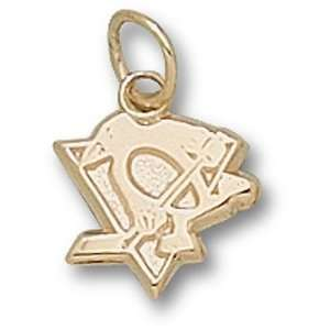 Pittsburgh Penguins NHL New Skating Penguin 3/8 Pendant (Gold Plated)